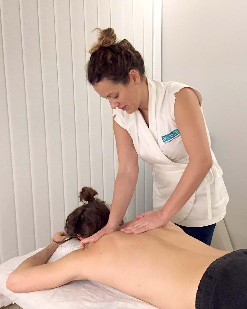 Deportista en sesión de fisioterapia deportiva para prevención contra lesiones