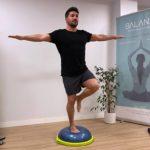 Deportista realizando ejercicios para mejorar el equilibrio