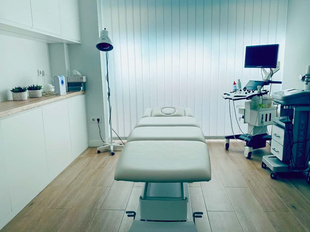 Camilla de tratamientos en centro de fisioterapia Balanzé